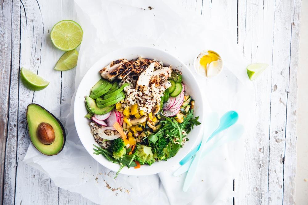 Bowl au quinoa, legumes et poulet-recette