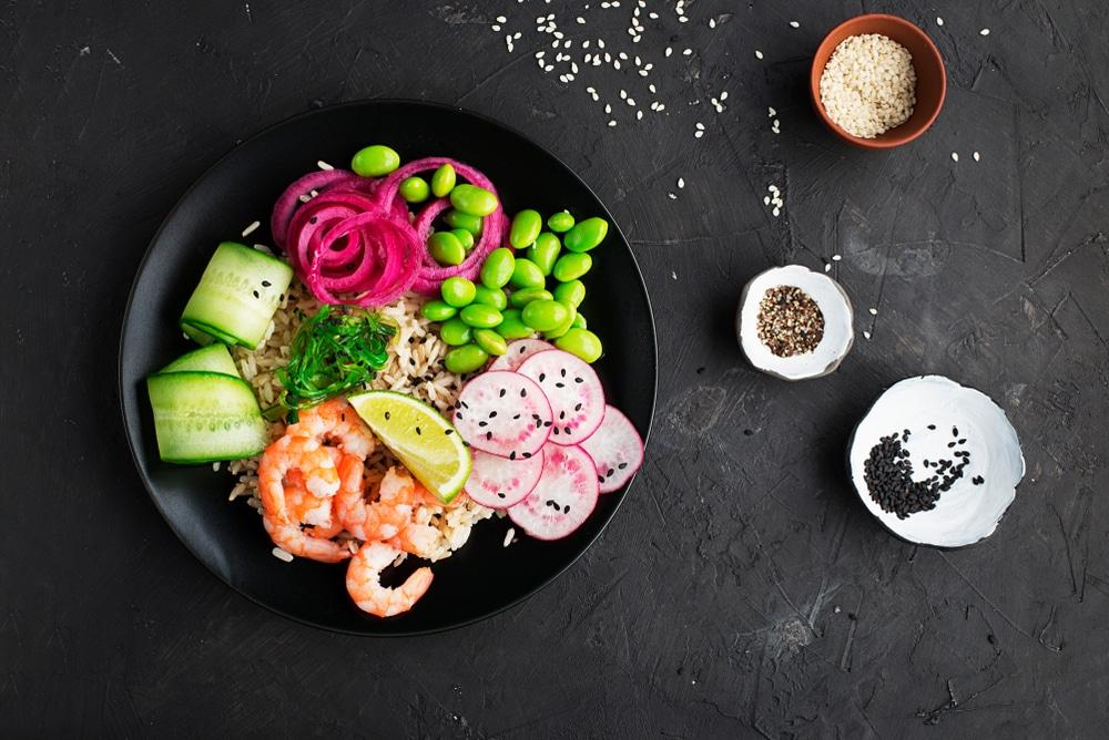 Poke bowl aux crevettes marinees-recette