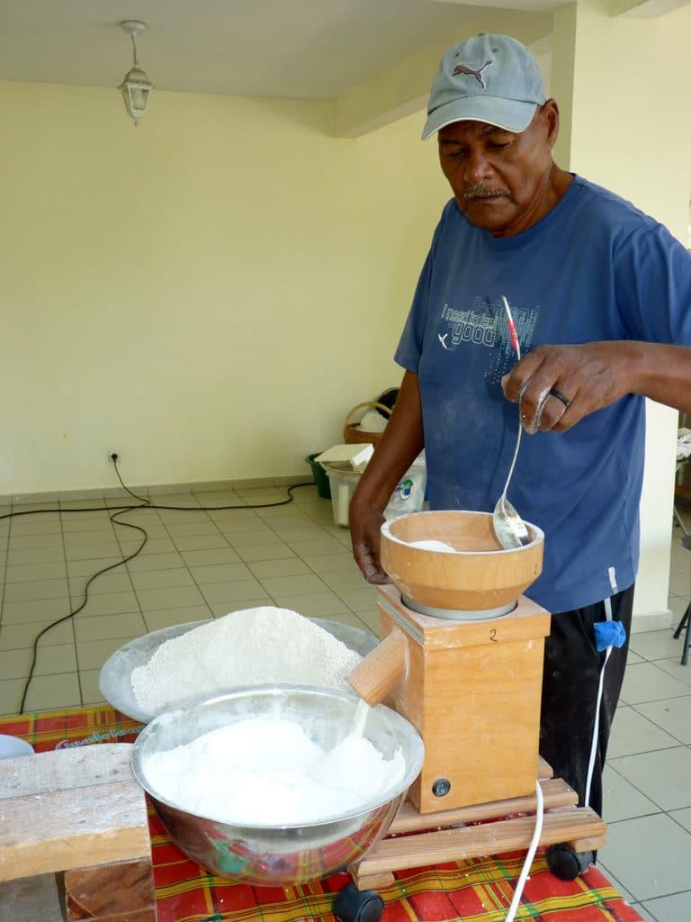 La première farine est enfin passée dans un moulin à affiner qui lui donnera son aspect définitif. (2)
