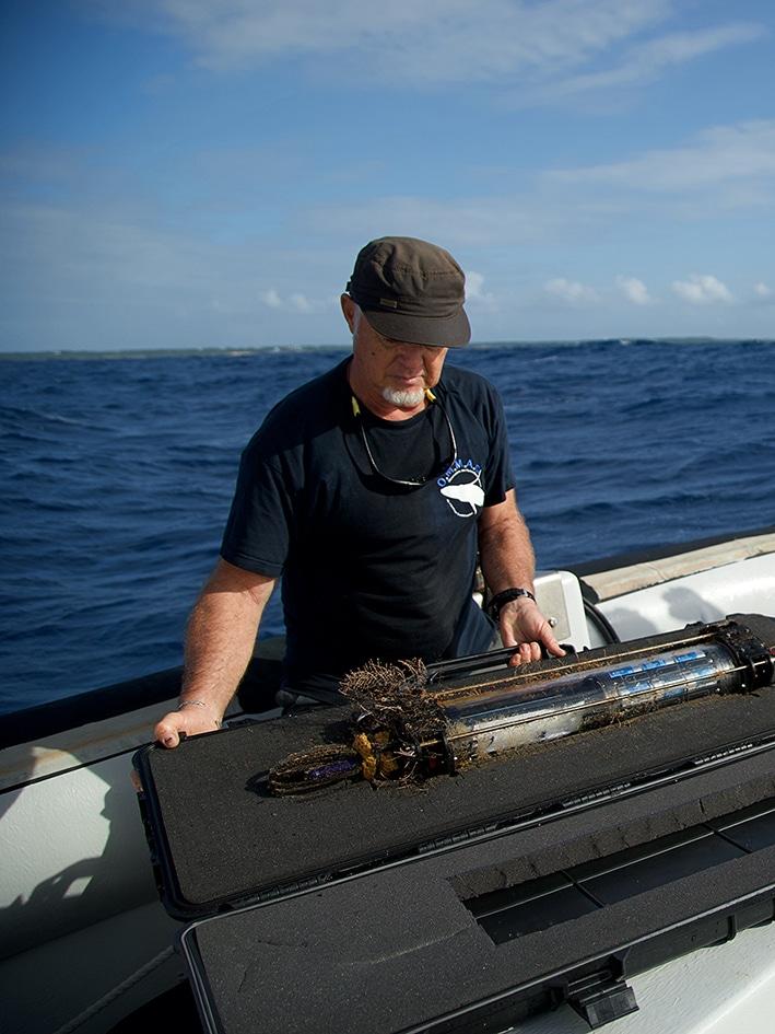 Laurent Bouveret sur le bateau contrôlant l'hydrophone avec l'équipe de Guadeloupe du projet Cari'Mam. Photo de Bénédicte Jourdier