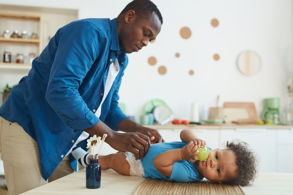 papa père impliquer dans les soins au bébé anform magazine