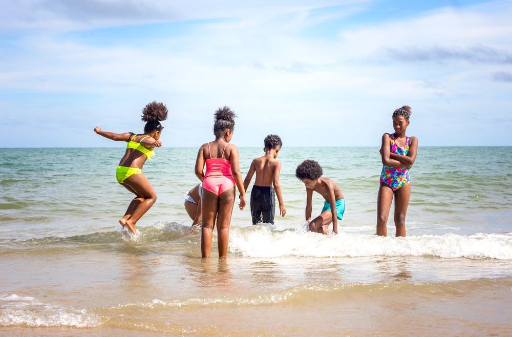 Le remplissage de seaux jeu plage